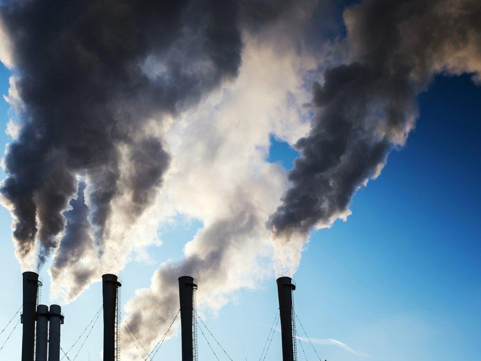 dym z kominów fabryki